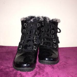 Khombu shiny black patent leather snow boots- 7M